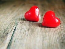 Giorno del ` s del biglietto di S. Valentino - cuori rossi su fondo di legno fotografie stock