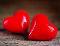 Giorno del ` s del biglietto di S. Valentino - cuori rossi su fondo di legno immagini stock