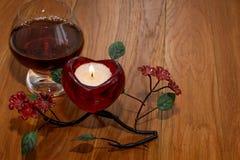 Giorno del ` s del biglietto di S. Valentino della candela e del cognac Immagine Stock