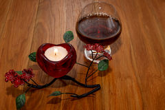 Giorno del ` s del biglietto di S. Valentino della candela e del cognac Fotografia Stock