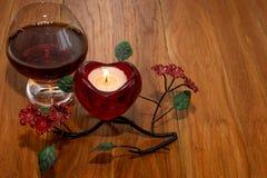 Giorno del ` s del biglietto di S. Valentino della candela e del cognac Immagine Stock Libera da Diritti
