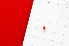 Giorno del ` s del biglietto di S. Valentino di vista superiore il segno rosso del perno al calendario Fotografia Stock Libera da Diritti