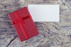 Giorno del ` s del biglietto di S. Valentino presente con la nota in bianco per il messaggio adorabile Fotografia Stock Libera da Diritti