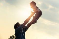 Giorno del `s del padre Divertiresi allegro felice del padre getta su nel ai immagine stock libera da diritti