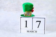 Giorno del ` s di StPatrick Un calendario di legno che mostra il 17 marzo Cappello verde Immagini Stock Libere da Diritti