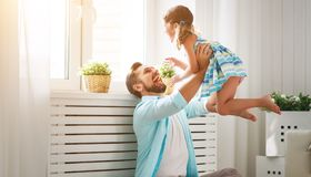 Giorno del `s del padre Figlia felice della famiglia che abbraccia papà e le risate fotografie stock