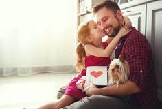 Giorno del `s del padre Figlia felice della famiglia che dà la cartolina d'auguri del papà immagini stock