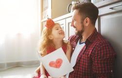 Giorno del `s del padre Figlia felice della famiglia che dà la cartolina d'auguri del papà fotografia stock