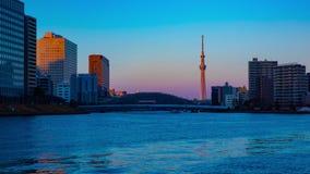 Giorno del timelapse di tramonto alla notte al fiume di Sumida nello zoom di Tokyo archivi video
