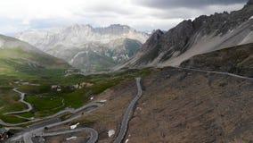 Giorno dell'annuvolamento di paesaggio delle alpi stock footage