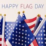 Giorno della bandiera felice e bandiera americana del testo Fotografia Stock Libera da Diritti