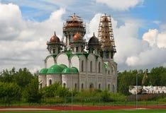 Giorno della chiesa ortodossa maestosa della costruzione chiaro Fotografia Stock Libera da Diritti