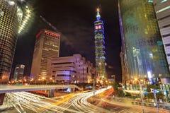 Giorno della città e notte, paesaggio urbano con i grattacieli moderni in Tai Fotografia Stock