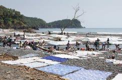 Giorno della lavanderia, alveo di Messia della Praia, Sao Tomé, Africa fotografie stock