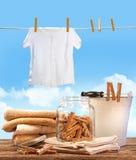 Giorno della lavanderia con i tovaglioli, clothespins sulla tabella Immagini Stock Libere da Diritti