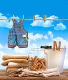 Giorno della lavanderia con i tovaglioli, clothespins sulla tabella Fotografia Stock Libera da Diritti