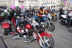 Giorno delle donne: i motociclisti guidano un selettore rotante. Immagine Stock