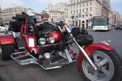 Giorno delle donne: un anziano guida un selettore rotante. Fotografie Stock Libere da Diritti