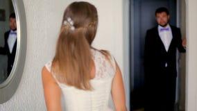 Giorno delle nozze La sposa e lo sposo all'hotel sul loro giorno delle nozze archivi video