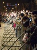 Giorno dello sciocco di aprile: la gente guarda il concerto libero Fotografia Stock