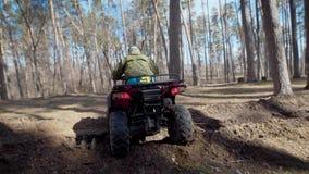 Giorno di autunno impalcatura ostacoli L'uomo sul ATV di corsa attraversa gli ostacoli stock footage