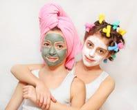 Giorno di bellezza delle sorelle gemellare Immagine Stock