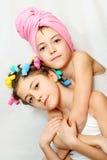 Giorno di bellezza delle sorelle gemellare Fotografie Stock Libere da Diritti