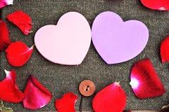 Giorno di biglietti di S. Valentino con le rose ed il fondo dei cuori Fotografie Stock Libere da Diritti