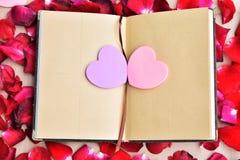 Giorno di biglietti di S. Valentino con le rose ed il fondo dei cuori Fotografia Stock Libera da Diritti
