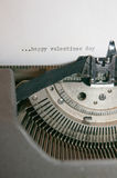 Giorno di biglietti di S. Valentino felice digitato su una vecchia macchina da scrivere antica Fotografie Stock Libere da Diritti