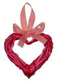 Giorno di biglietti di S. Valentino rosso del cuore tessuto dai rami del salice immagine stock