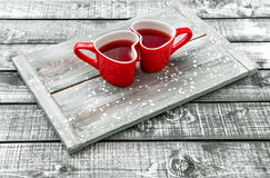 Giorno di biglietti di S. Valentino rosso a forma di cuore della bevanda del tè delle tazze Fotografia Stock