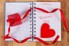 Giorno di biglietti di S. Valentino scritto in taccuino, in regalo avvolto e nel cuore, decorazione per i biglietti di S. Valenti Fotografie Stock Libere da Diritti
