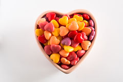 Giorno di biglietti di S. Valentino variopinto Candy in ciotola ceramica Immagine Stock Libera da Diritti