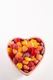 Giorno di biglietti di S. Valentino variopinto Candy nel verticale ceramico della ciotola Fotografie Stock