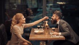 Giorno di biglietti di S. Valentino con la donna sexy e l'uomo barbuto Coppie nell'amore al ristorante Riunione d'affari dell'uom fotografia stock