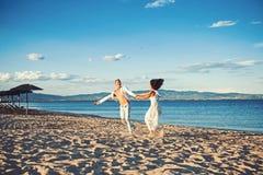 Giorno di biglietti di S. Valentino e della famiglia Vacanze estive e vacanza di viaggio Donna ed uomo sexy in mare Coppie nel ba immagini stock libere da diritti