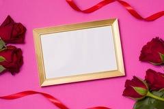 Giorno di biglietti di S. Valentino, struttura vuota, fondo rosa senza cuciture, rose rosse, cuori, nastro, spazio del testo dell fotografie stock libere da diritti