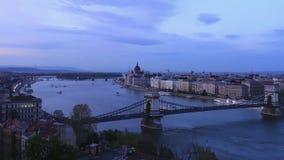 Giorno di Budapest all'intervallo di notte del Parlamento ungherese e del ponte chaing video d archivio