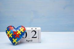 Giorno di consapevolezza di autismo del mondo, concetto mentale di sanità con il puzzle o modello del puzzle su cuore con il cale immagini stock libere da diritti