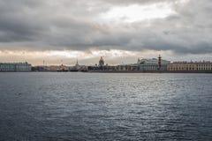 giorno di costruzione storico delle nuvole dell'argine di St Petersburg del fiume fotografie stock