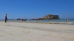 Giorno di estate caldo di Malo Beach With Fortress On del san stock footage