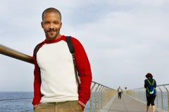 Giorno di estate di camminata sorridente dei giovani pantaloni a vita bassa afroamericani sulla spiaggia fuori della città Immagine Stock Libera da Diritti