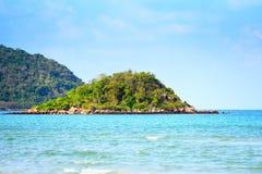 Giorno di estate del bello oceano tropicale della spiaggia dell'isola - mare dell'isola di Paradise fotografie stock libere da diritti