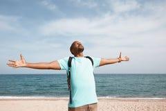 Giorno di estate enjoing sorridente dei giovani pantaloni a vita bassa afroamericani sulla spiaggia Fotografie Stock Libere da Diritti