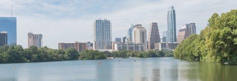 Giorno di estate lungo il fiume Colorado in Austin del centro, il Texas, U.S.A. immagine stock