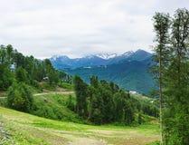 Giorno di estate nuvoloso del bello paesaggio della montagna Immagine Stock