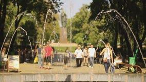 Giorno di estate in parco ammucchiato La gente che passeggia, godendo dello svago attivo di fine settimana stock footage