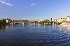 Giorno di estate piacevole a Praga con il fiume della Moldava nell'attraversare la città Immagini Stock