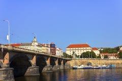 Giorno di estate piacevole a Praga con il fiume della Moldava nell'attraversare la città e un ponte a sinistra Fotografie Stock Libere da Diritti